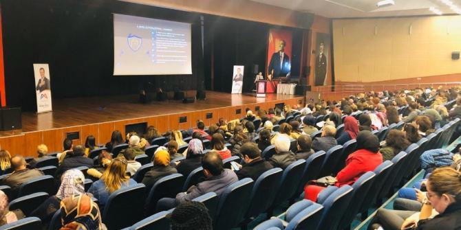 Mersin'de velilere 'Bilinçi teknoloji kullanımı' semineri düzenlendi
