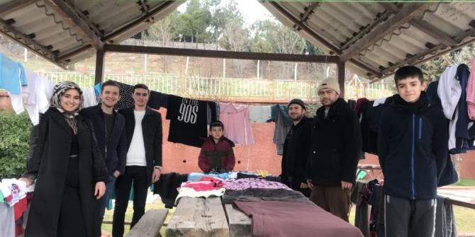 Gönüllü gençlerden ihtiyaç sahiplerine giysi
