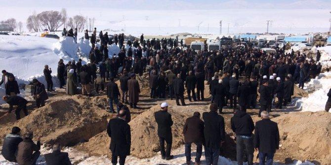 9 kişinin hayatını kaybettiği deprem bölgesinde yaralar sarılmaya çalışılıyor (2)