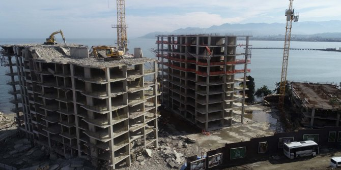 Ordu'da, 17 katlı binaların yıkımı sürüyor