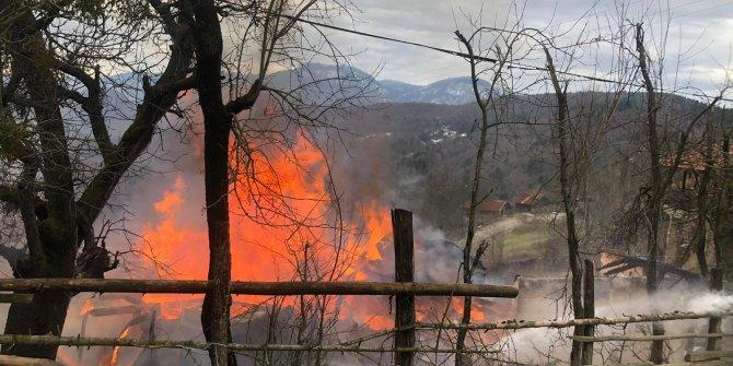 Yangında ahşap ev kullanılmaz hale geldi