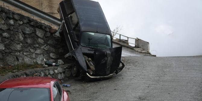 Artvin'de freni patlayan araç kaza yaptı