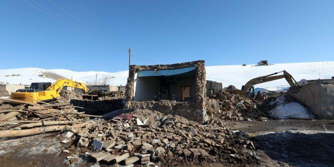 Deprem bölgesinde çadırlar kurulup, enkazlar kaldırılıyor