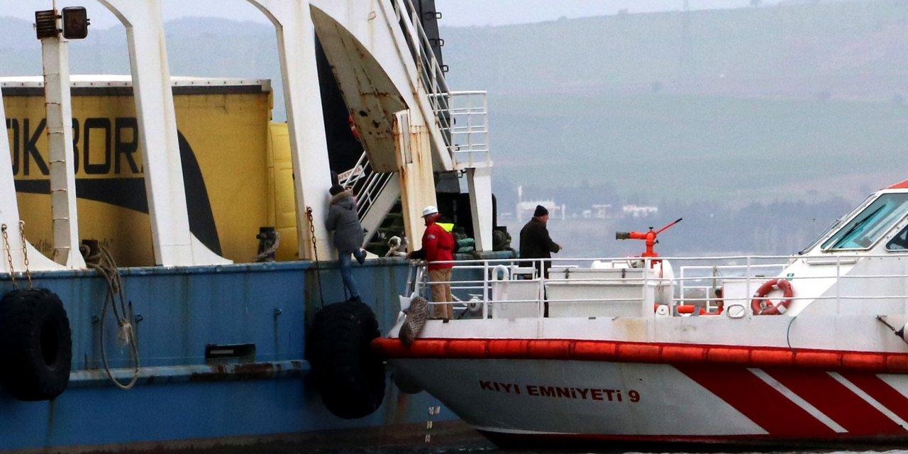 Çanakkale'de fırtınanın sürüklediği feribot, karaya oturdu (2)