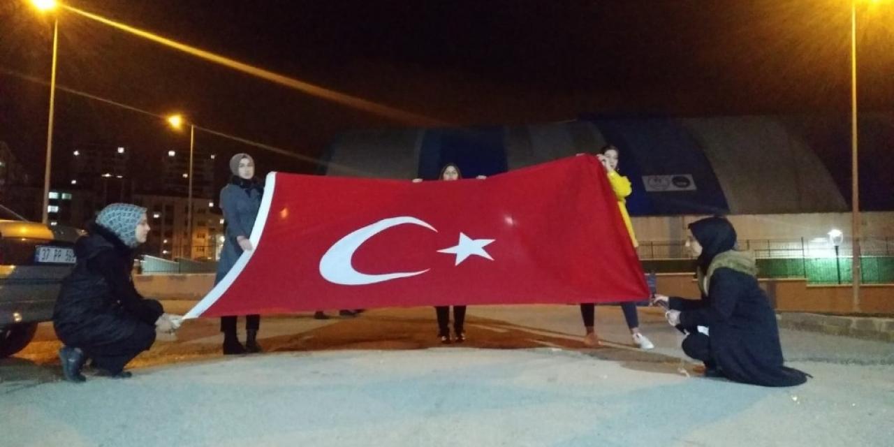 Kız yurdu öğrencileri şehitler için yürüdü