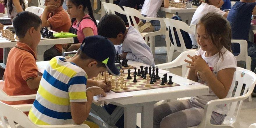 Bilecik'te ödüllü satranç turnuvası sona erdi
