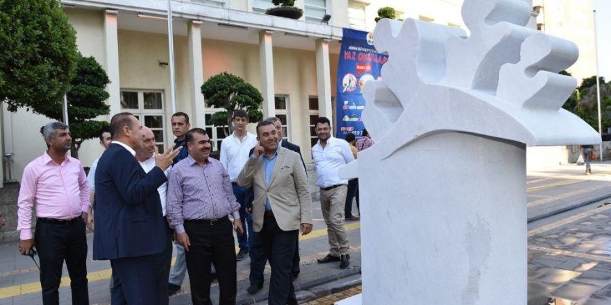 Taş heykeller belediye binası önünde vatandaşla buluşuyor