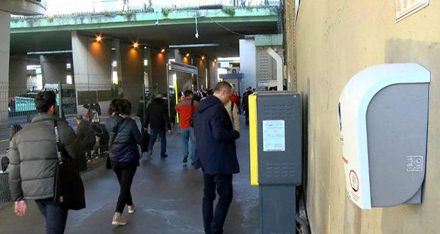 Metrobüs duraklarına yerleştirilen dezenfektan cihazlarını kırdılar