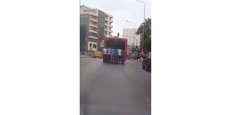 Patenle otobüsün arkasına tutunan 7 genç ölüme meydan okudu