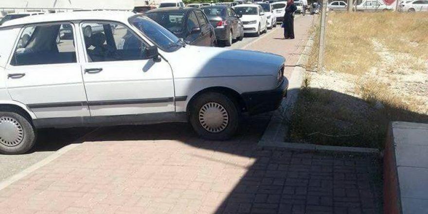 Kaldırıma yapılan araç parkları ulaşımı olumsuz etkiliyor