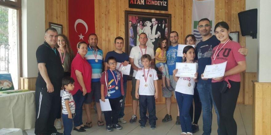 Foça'da karate kursu alanlara katılım belgesi