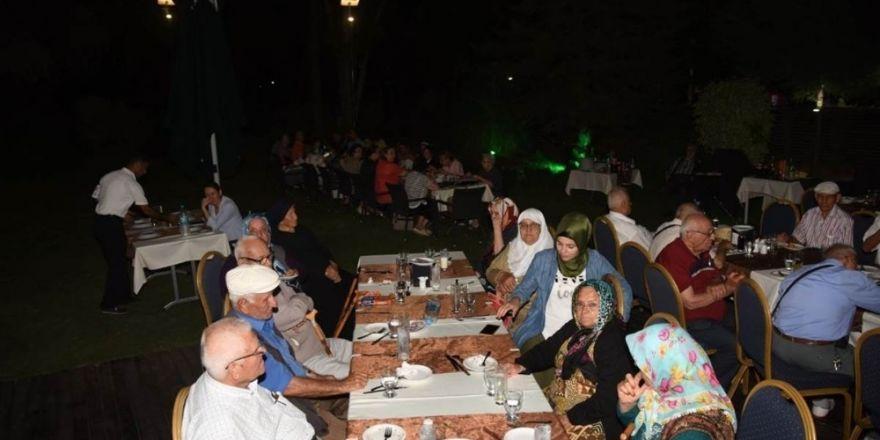 Vali Demirtaş, huzurevi sakinleriyle bir araya geldi