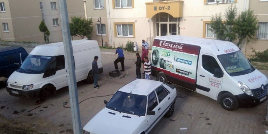 Panelvan minibüsün lastikleri kesildi