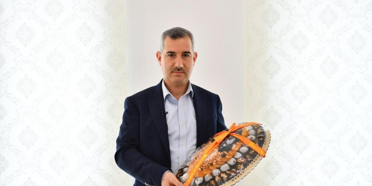 Başkan Çınar, Bakan Koca'ya, Malatya kayısısı ile kayısı kolonyası gönderdi