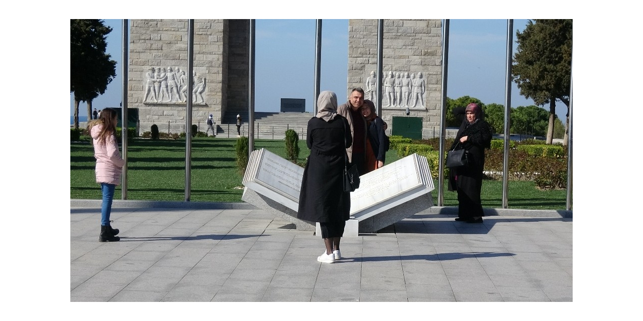 Tören iptaline rağmen 18 Mart'ta Şehitler Abidesi'ni yalnız bırakmadılar