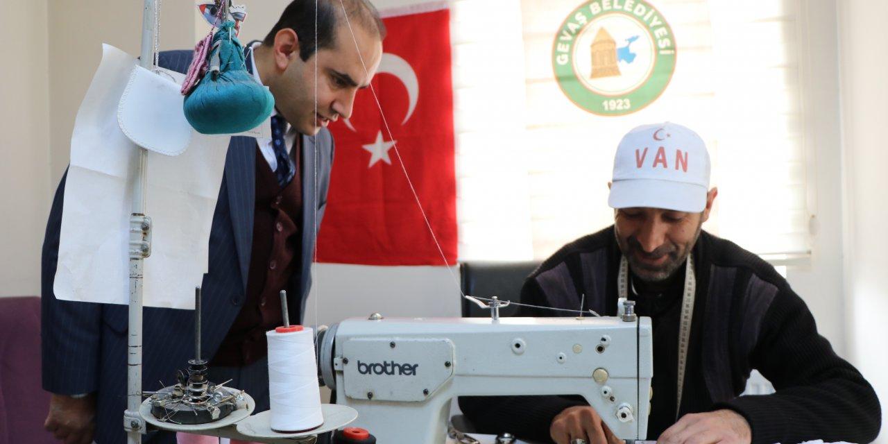 Gevaş Belediyesi, koronavirüse karşı maske üretimine başladı