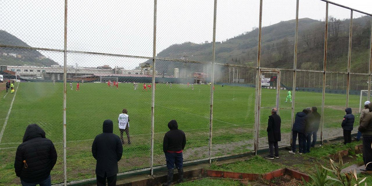 Stadyuma giremeyen taraftarlar maçı tel örgülerin arkasından izledi
