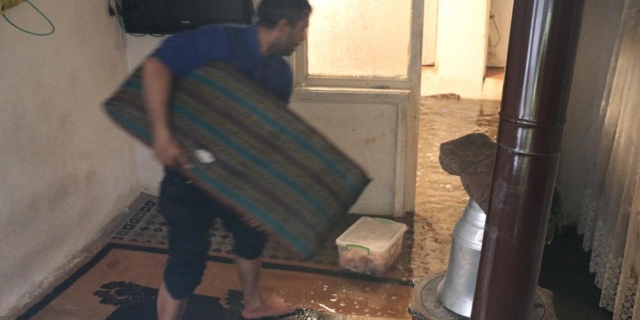 Şiddetli yağış nedeniyle evini su bastı