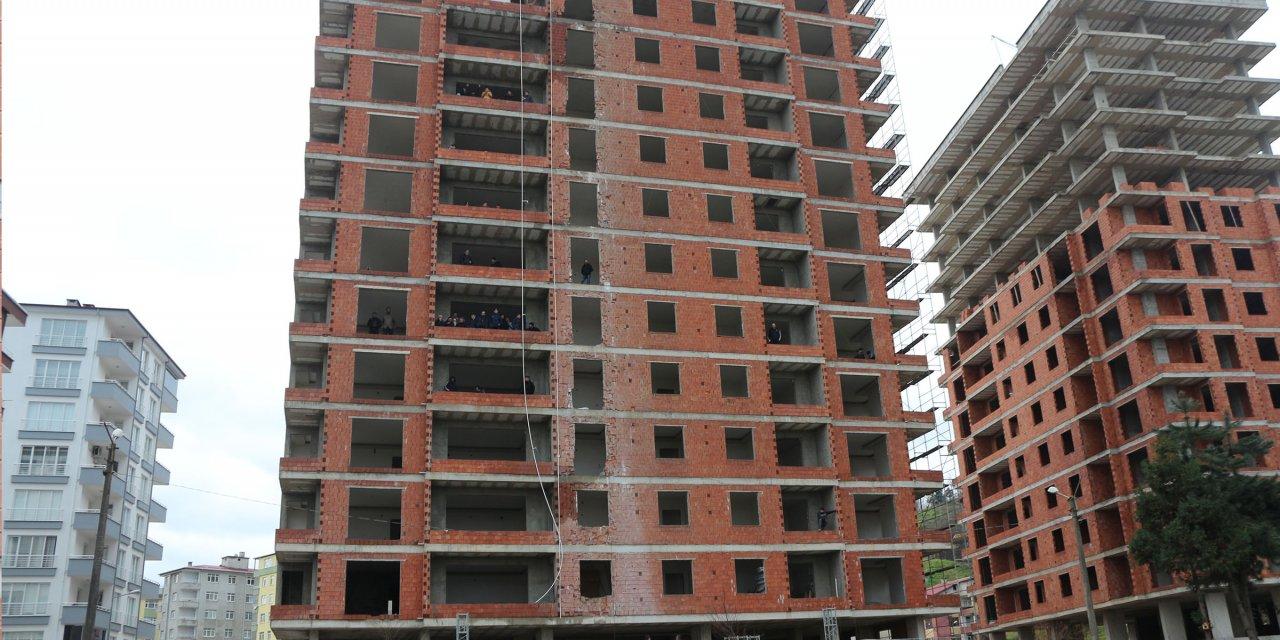 Taraftarlar takımlarını inşaat halindeki binalardan destekledi