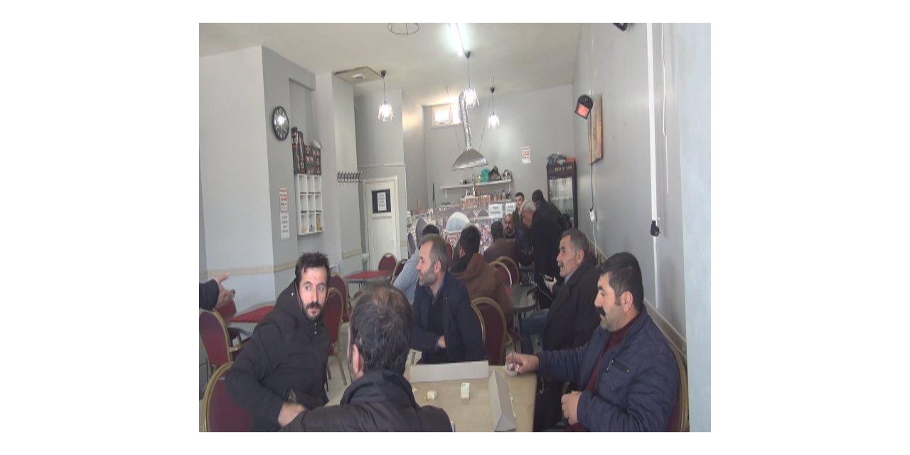 Esenyurt'ta kapalı olması gereken kahvehanede okey oynarken yakalandılar