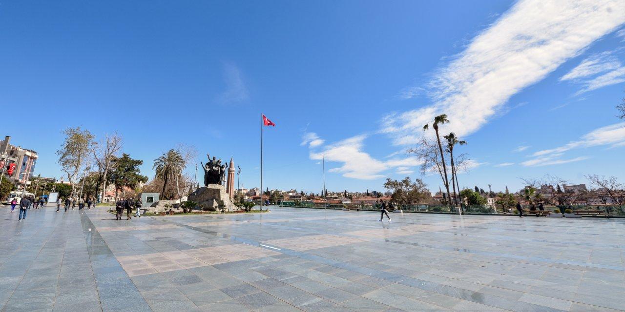 Antalya'da, cadde ve sokaklar boş kaldı