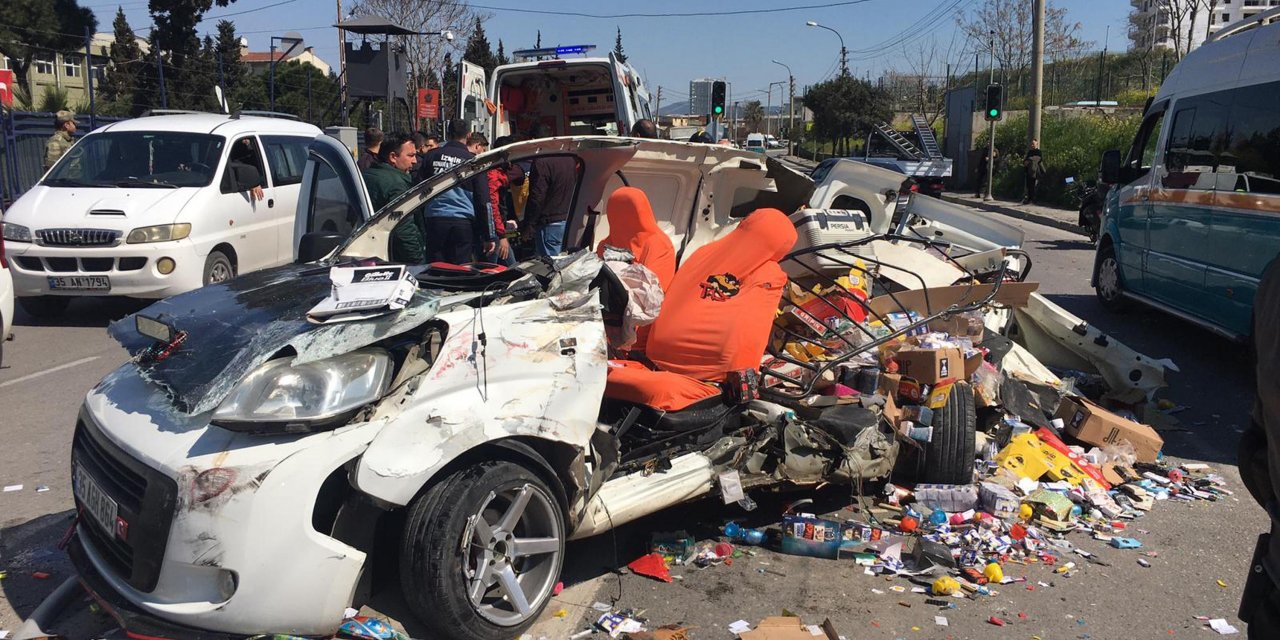 İzmir'de 2 kişinin ağır yaralandığı kaza güvenlik kamerasında