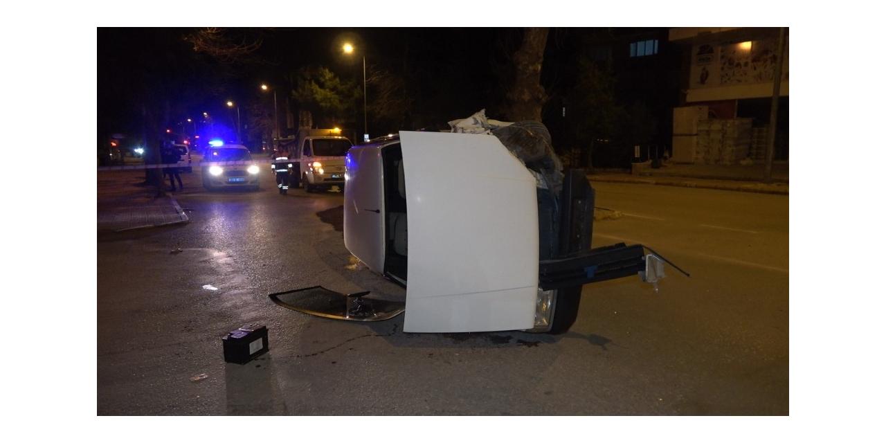 Ağaca çarpan otomobil yan yattı, sürücüsü ise yaralı halde kaçtı