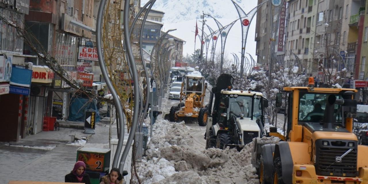 Hakkari'de kamyonlarla kar taşınıyor