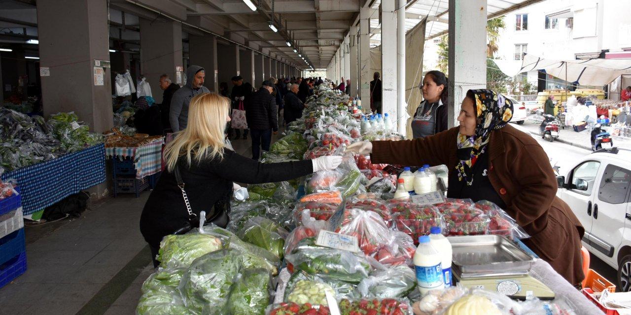 Halk pazarında gıdalar poşetlendi, pazarcı maske ve eldiven taktı