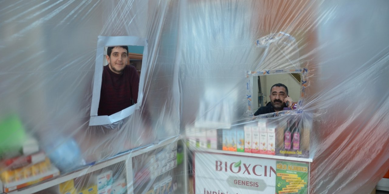 Eczacılardan koronavirüse karşı branda ve şeritli önlem