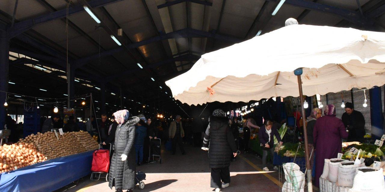 Halk pazarında, koronavirüs uyarılarına rağmen yoğunluk