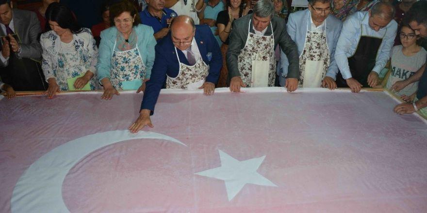 """15 Temmuz şehitleri anısına """"Ebru"""" ile dev Türk bayrağı"""