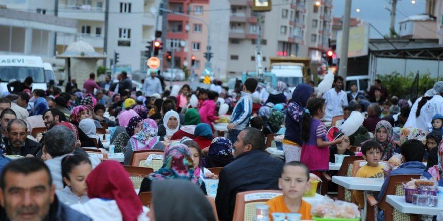 """Başkan Akdoğan, """"Kimseyi ayırt etmeden hep birlikte iftar açıyoruz"""""""