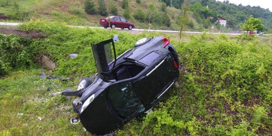 Sinop'ta otomobil şarampole yuvarlandı: 2 yaralı