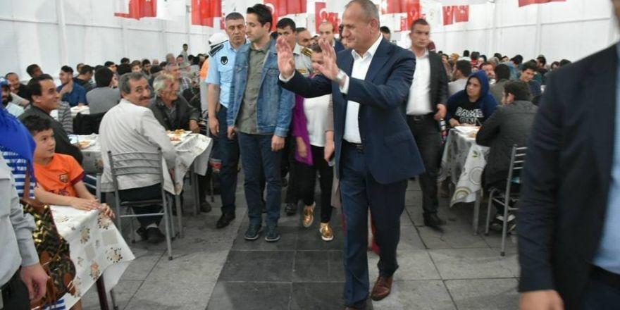 Düzce Belediye Başkanı Mehmet Keleş orucunu çadırda açtı