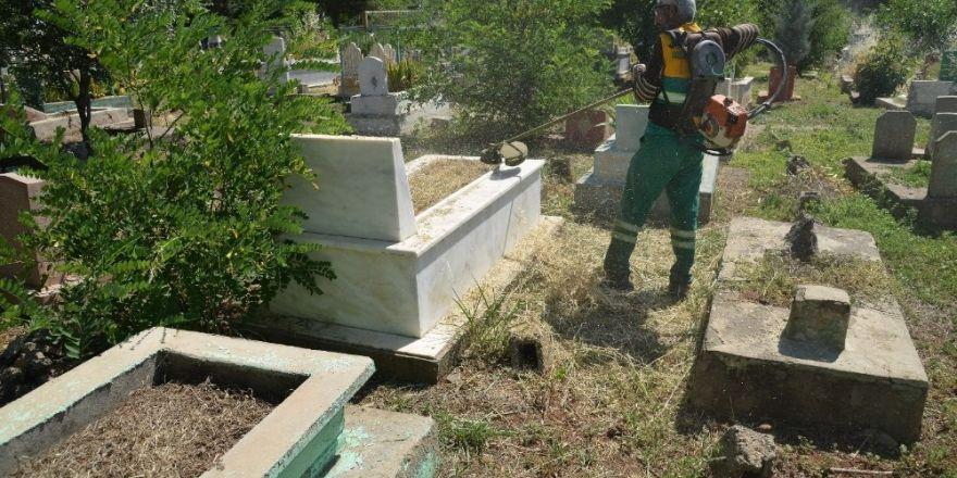 Diyarbakır'daki mezarlıklar temizleniyor