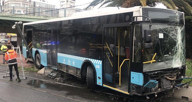 İstanbul Fatih'te kontrolden çıkan otobüs tramvay yoluna girdi: Seferler durdu