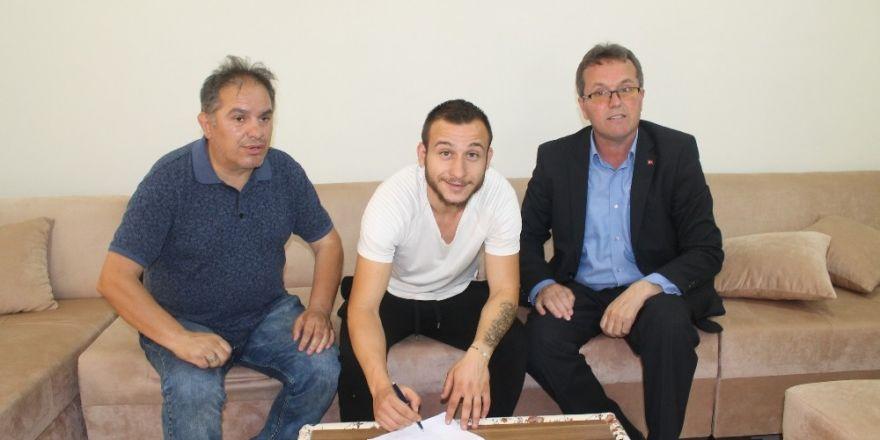Altınova Belediyespor imzaları attırdı