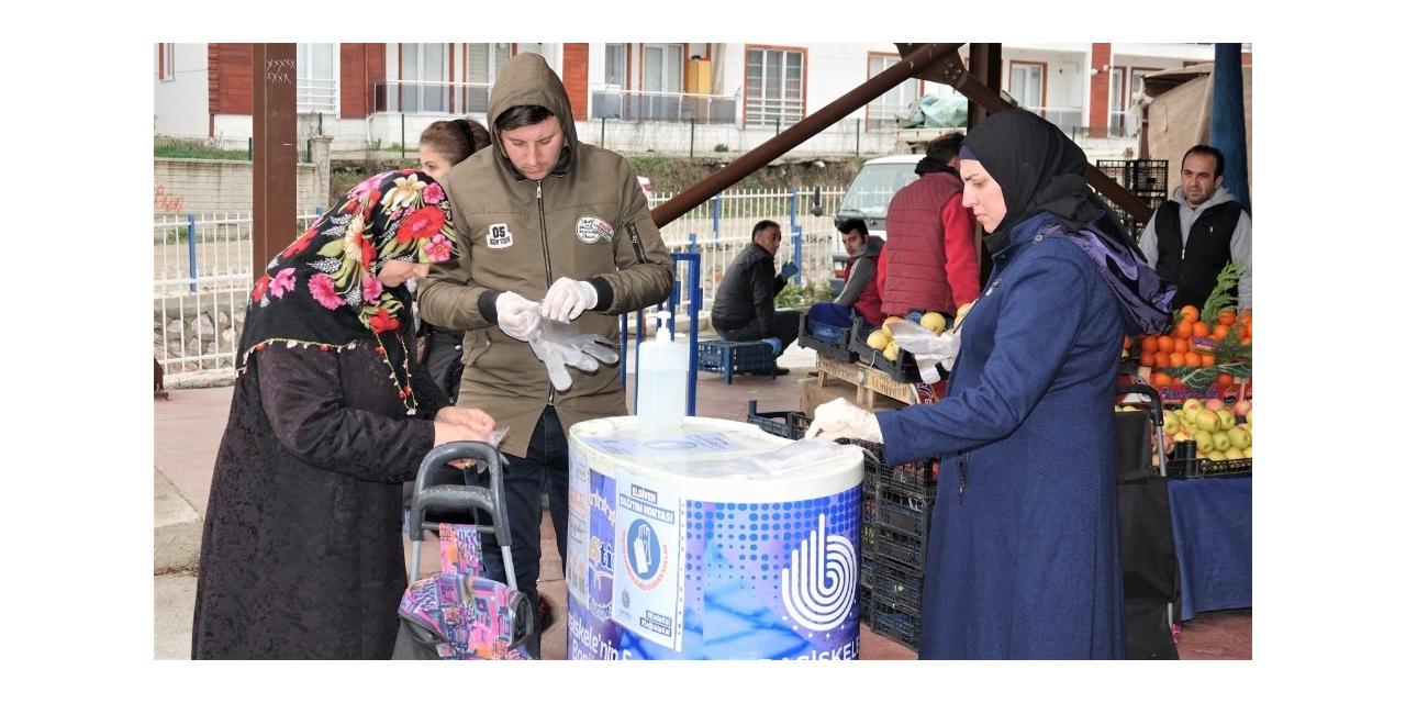 Başiskele'de pazarlara el dezenfektanı ve eldiven standı kuruldu