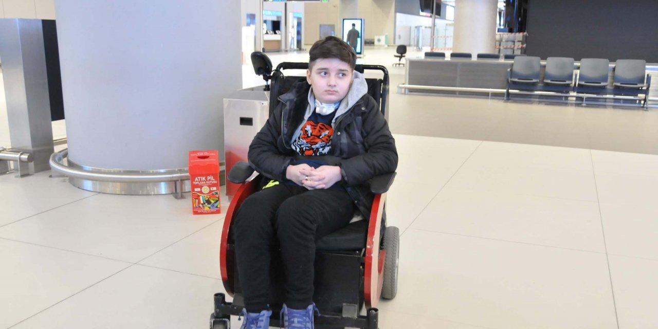 Tedavisi koronavirüs nedeniyle yarım kalan 12 yaşındaki Kayra, Türkiye'ye gönderildi