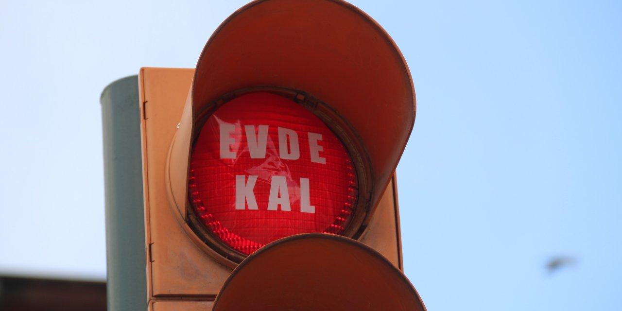 Sivas'ta trafik ışıklarına 'Evde kal' yazısı eklendi