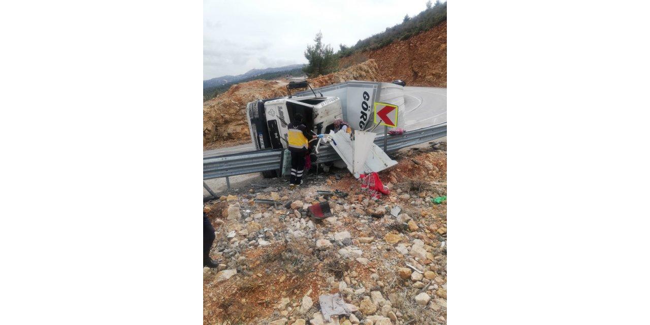 Bariyere devrilen kamyonda sıkışan sürücü ağır yaralandı