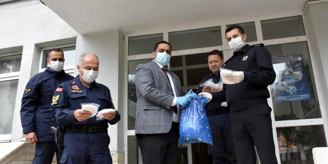 Vefa Sosyal Destek Grubu için evlerinde maske ürettiler