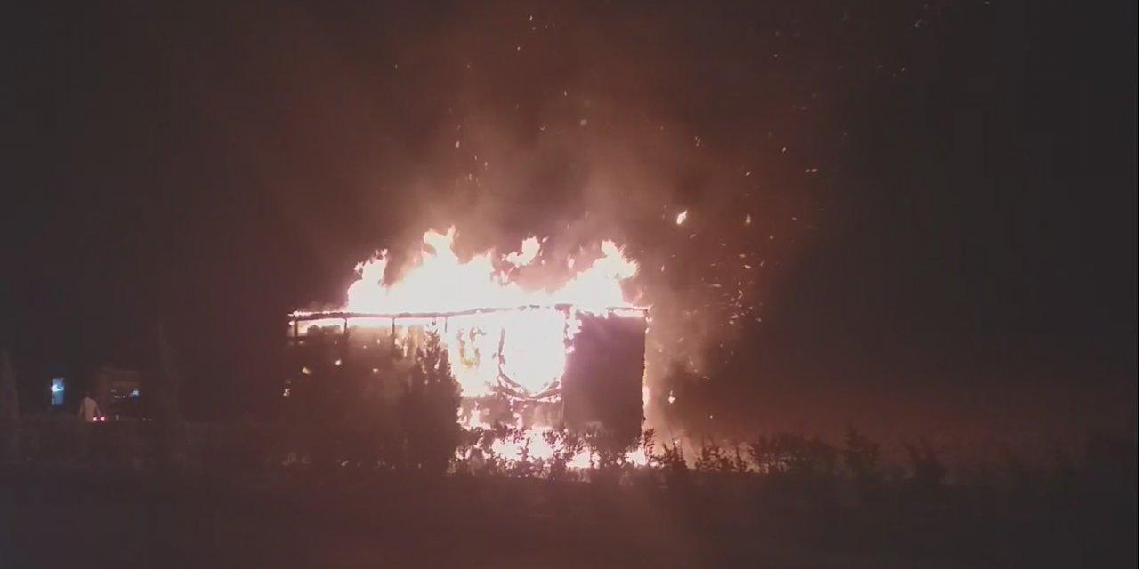 Manisa'da tuvalet kağıdı yüklü TIR alev alev yandı