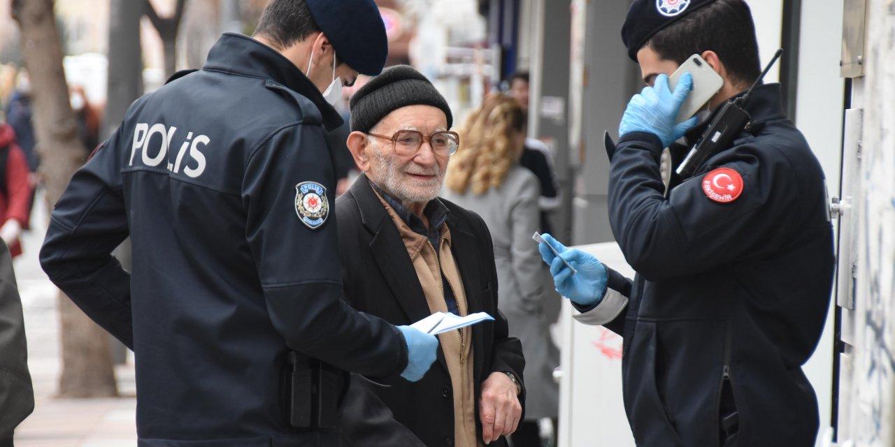 93 yaşındaki adam, kimlik soran polisleri evine yemeğe davet etti
