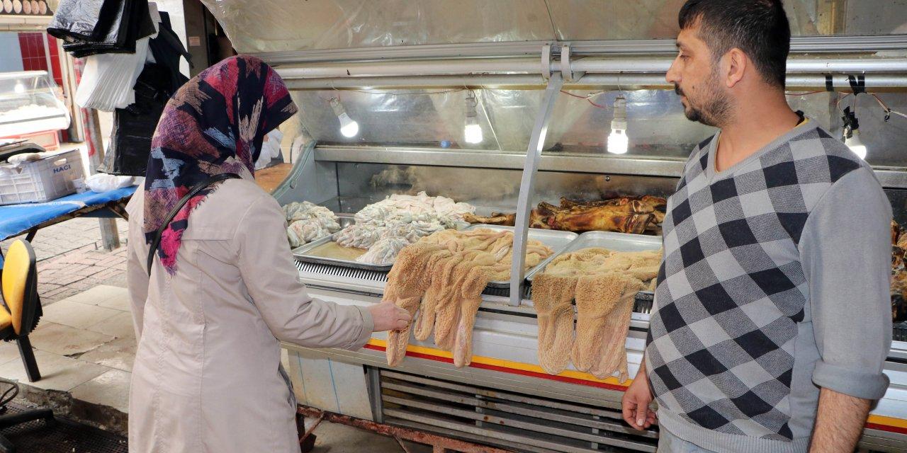 Adana'da Kasaplar Çarşısı'nda sakatatlar elle seçiliyor