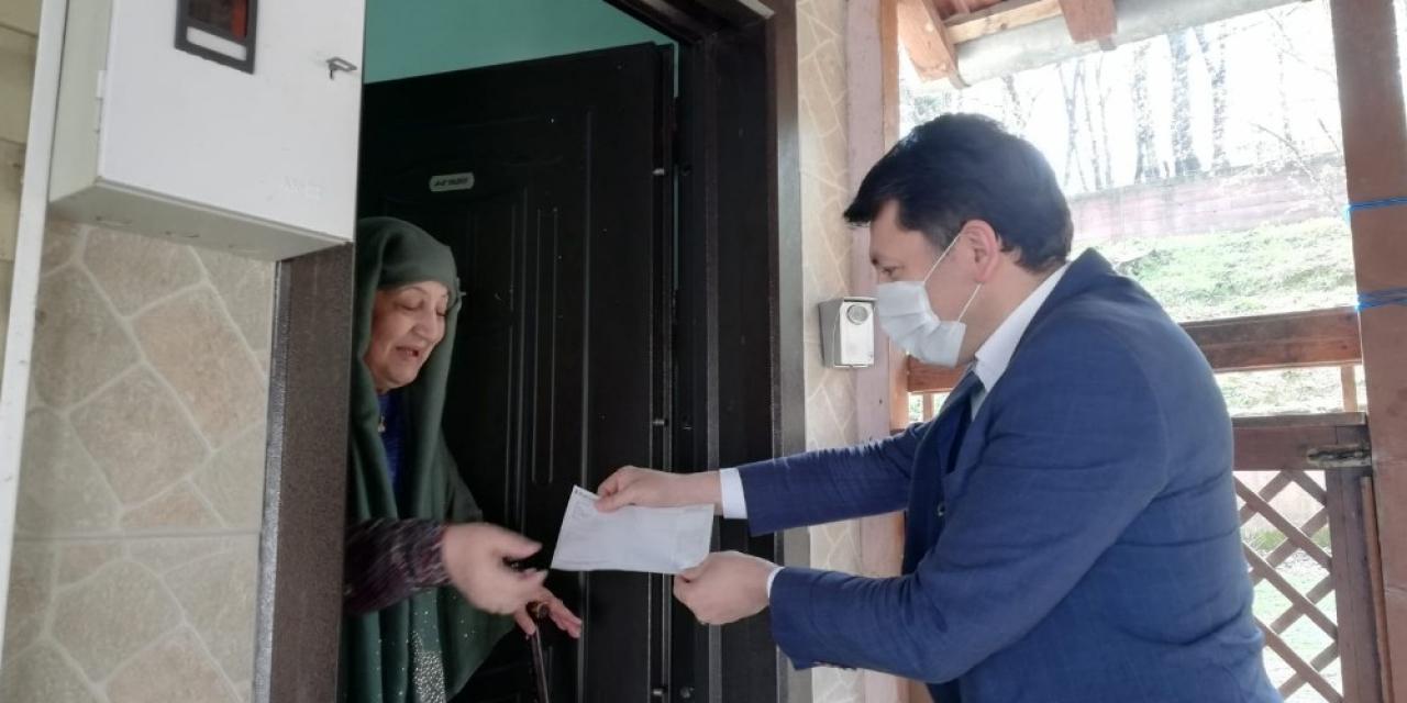 Yaşlı kadın Biz bize yeteriz kampanyasına katıldı