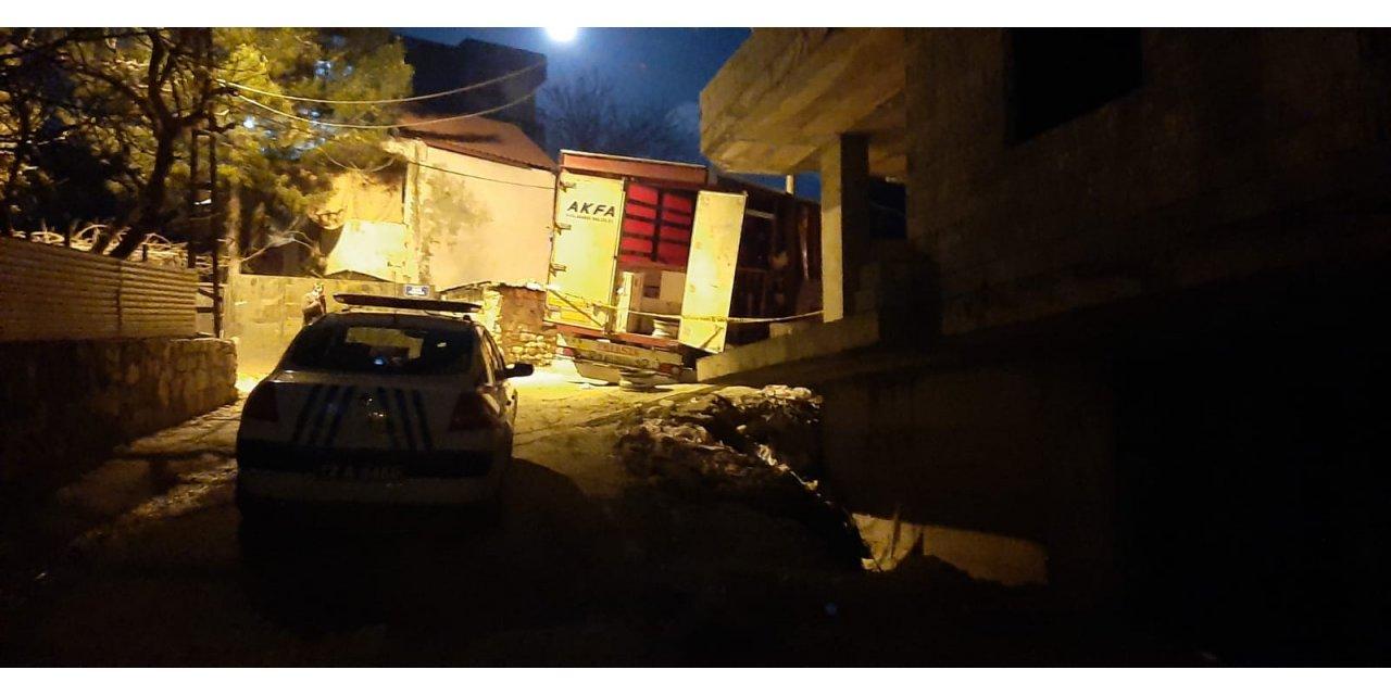 İnşaat malzemesi üzerine devrilen minik Hira öldü, ablası ağır yaralandı