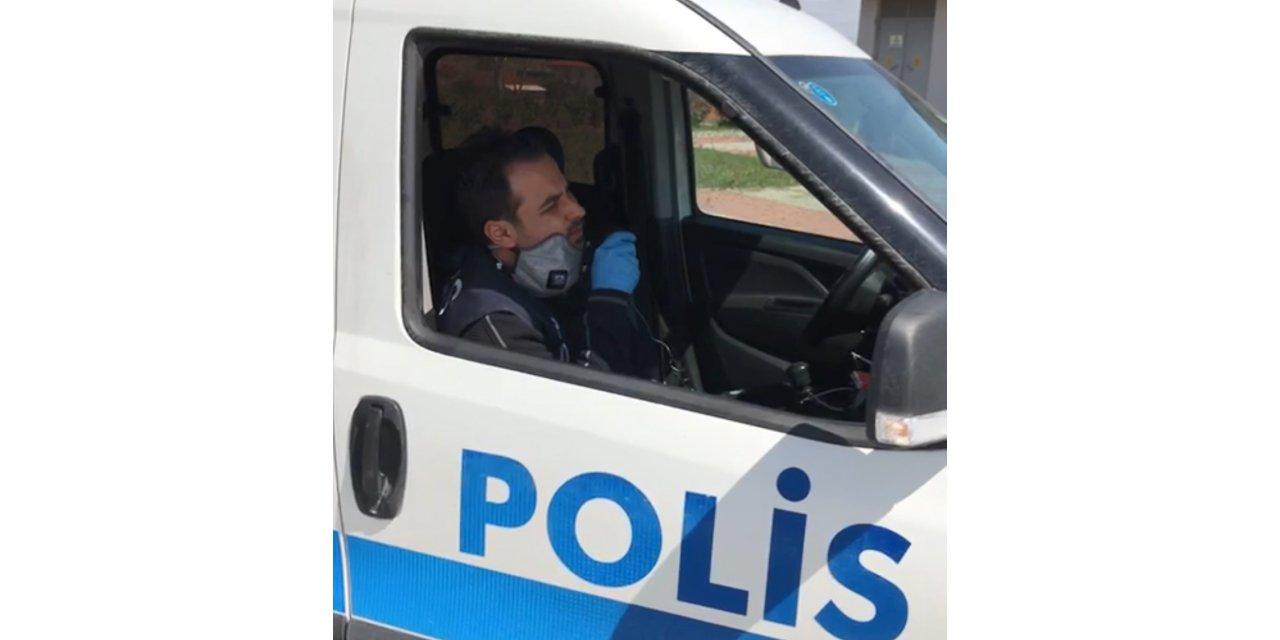 Polisin 'evde kal' şarkısı gülümsetti