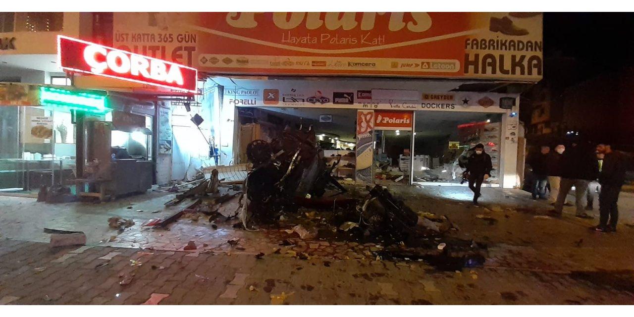 Kaldırıma çarpan otomobil, ayakkabı mağazasına uçtu: 5 yaralı